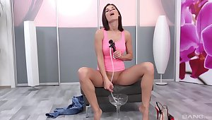 Seductive babe gets really odd in a pissy solo play