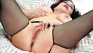 Hot mature Amanda Ryder works her pussy with sex toys